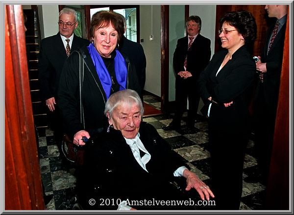 Dames Mariska  Hofman-Gáspár en Ágnes Csanádyontvangen Gouden Kruis van Verdienste