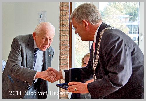 Nico van Hasselt ontvangt  Bronzen Legpenning