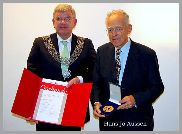Hans Jo Aussen ontvangt  Bronzen Legpenning