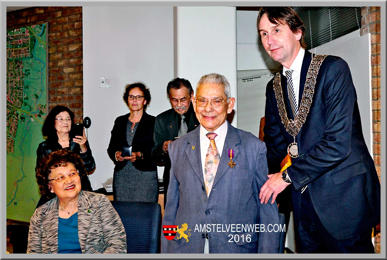 De heer Simons ontvangt  Ereteken voor Orde en Vrede